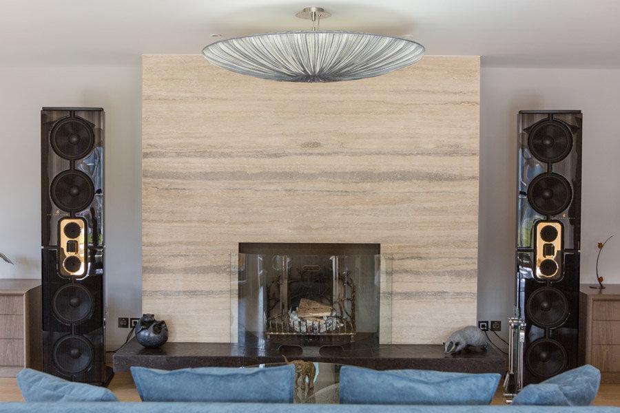 Steinway Lyngdorf Model D в классическом интрьере. High-End стерео система в гостинной.