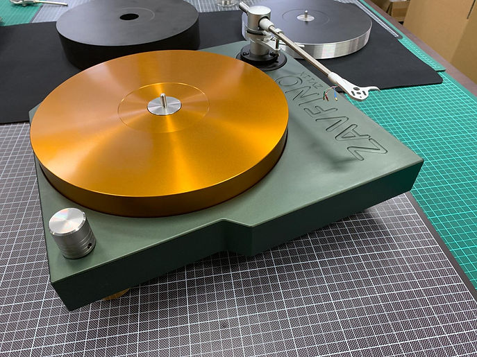 Zavfino ZV11 - проигрыватель виниловых пластинок. Основание и диск из сплава алюминия. Цвета зеленый и золотой. Копмлект с тонармом.
