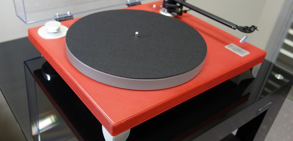 Проигрыватель пластинок Gold Valore 425 Plus. Отделка красная кожа.