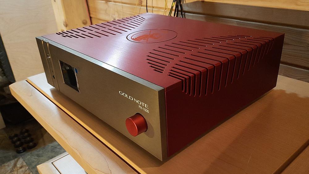 Фонокорректор Gold Note PH-1000 имеет множество настроек, в том числе изменение емкости входа. Подключение трех тонармов. Заказные цвета красный и золотой. В наличии.