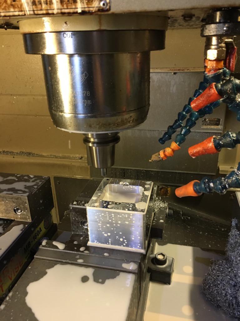 Проигрыватель винила, изготовление блока мотора из цельного куска алюминия 6061.