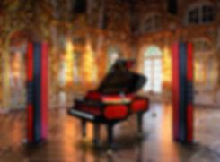 Рояль и акустчиеские системы Brodmann выполнены в одном стиле.