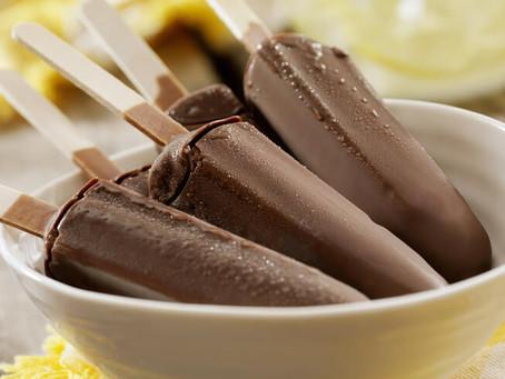 Picolé de chocolate e banana (Chocolate and banana ice pop)