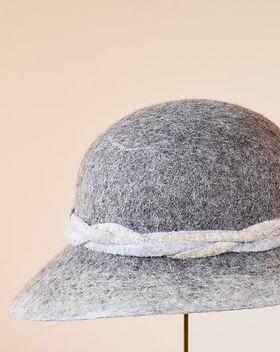 シャポーチホレーヌ鎌倉ハンドフェルトの帽子TheSheepナチュラルグレー