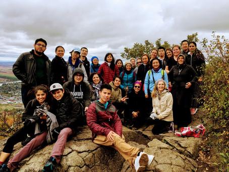 Les élèves du programme de francisation gravissent le Mont-Saint-Hilaire