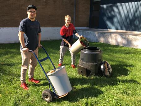 De jeunes adultes se mettent au compostage