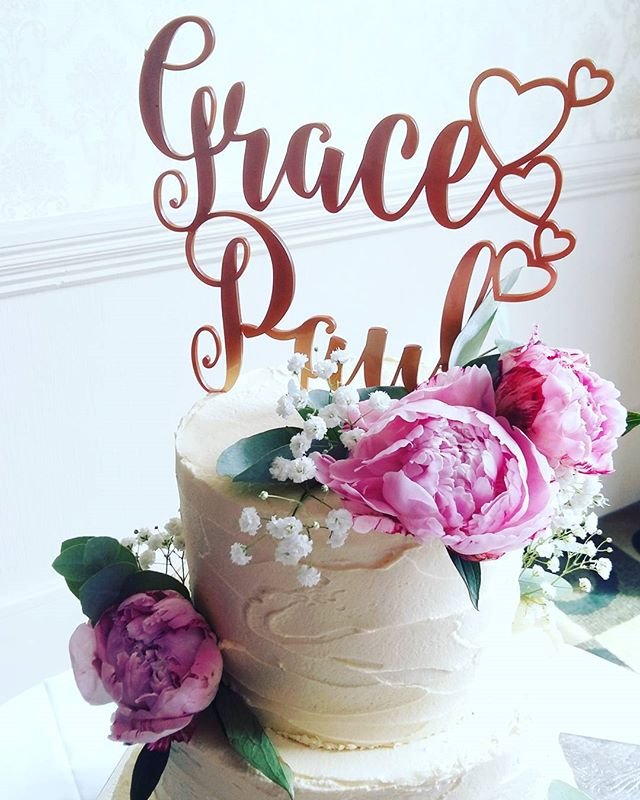 Gold calligraphy, peonies and rustic cake 💖 Be still my beating heart.