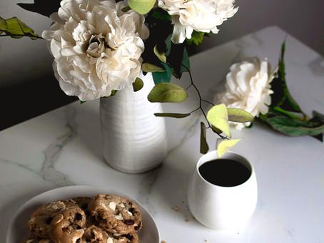 עוגיות שוקולד צ'יפס חלומיות עם שוקולד לבן, חמוציות ושקדים