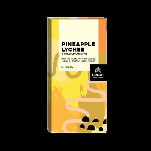 אריזה מלבנית בצבעי צהוב, כתום ובז' עם טבלת שוקולד בתוספת קוקוס קלוי, אננס וליצ'י