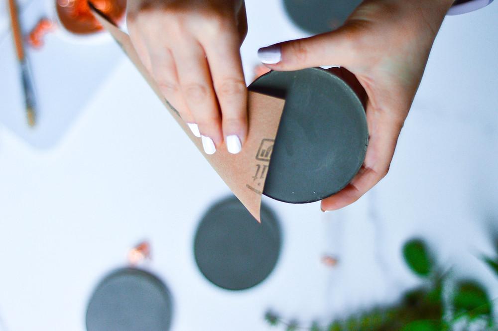 מלטשים את הבטון בעזרת נייר ליטוש