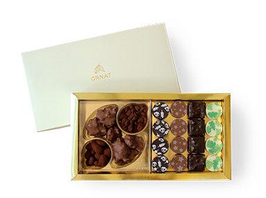 מארז בינוני עם תחתית בצבע זהב ומכסה לבן המחולק לשני תאים- 16 פרלינים ומגוון שוקולדים
