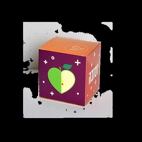"""קופסה בצורת קוביית צבעונית עם כיתוב """"שנה מתוקה וטובה"""" במילוי מבחר שוקולדים"""