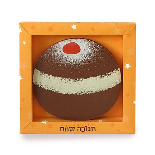 """קופסה כתומה מעוטרת בכוכבים לבנים וכיתוב """"חנוכה שמח"""" עם שוקולד בצורת וצבעי סופגנייה"""