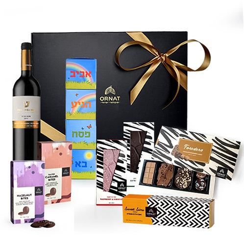 מארז גדול שחור מט עם סרט בצבע זהב עם יין והמחשה של כלל מוצרי השוקולד הנמצאים בו