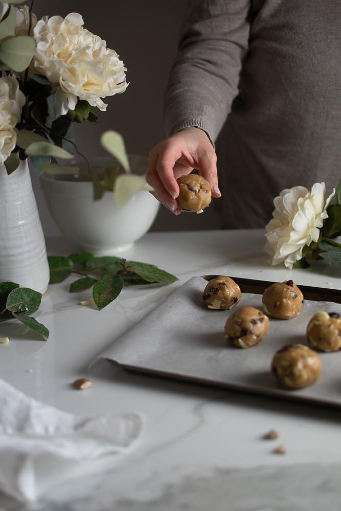 עוגיות שוקולד צ'יפס חלומיות עם שוקולד לבן, חמוציות ושקדים | טה-דה! בלוג