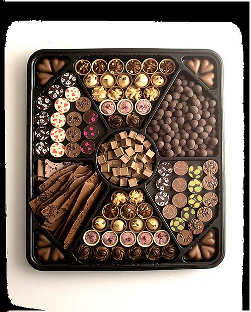 מגש שחור גדול המחולק לתאים עם מבחר שוקולדים ופרלינים צבעוניים