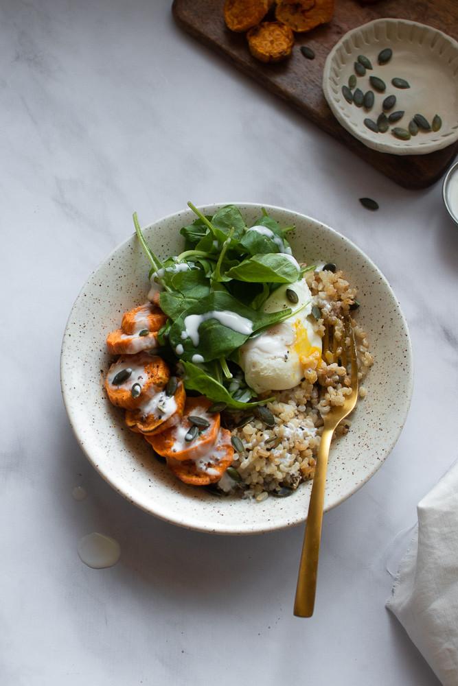 טה-דה! קערת בודהה עם אורז מלא, ביצה עלומה ורוטב יוגורט