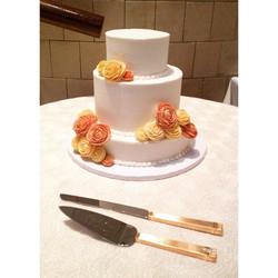 rose gold and blush roses wedding cake Cincinnati