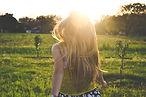 Mädchen rennt übers Feld