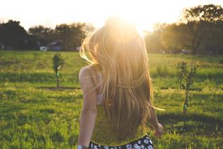 女孩在田野上奔跑