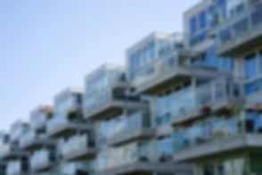 close-de-um-predio-de-apartamentos-com-v