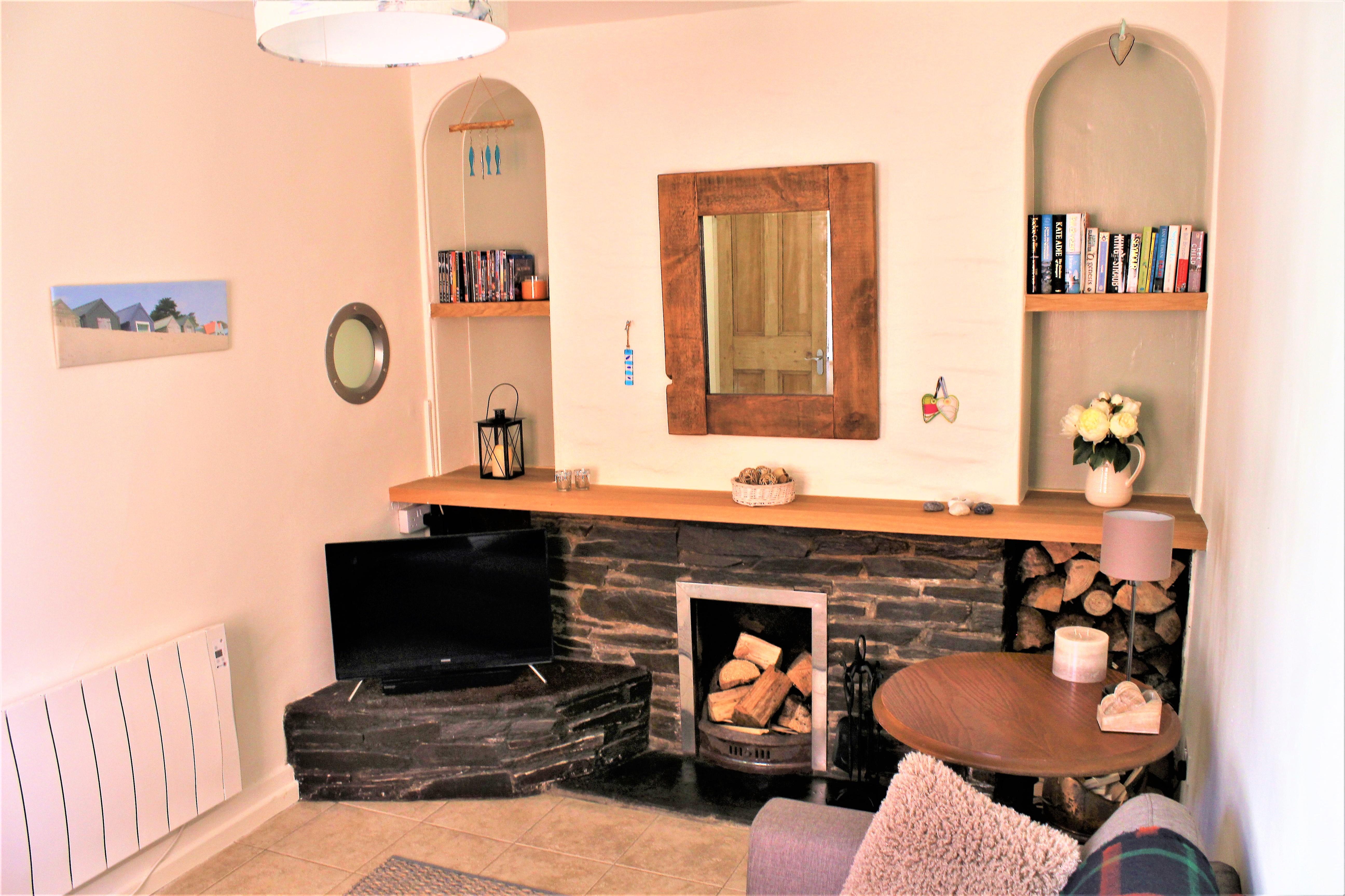 3 lounge with porthole
