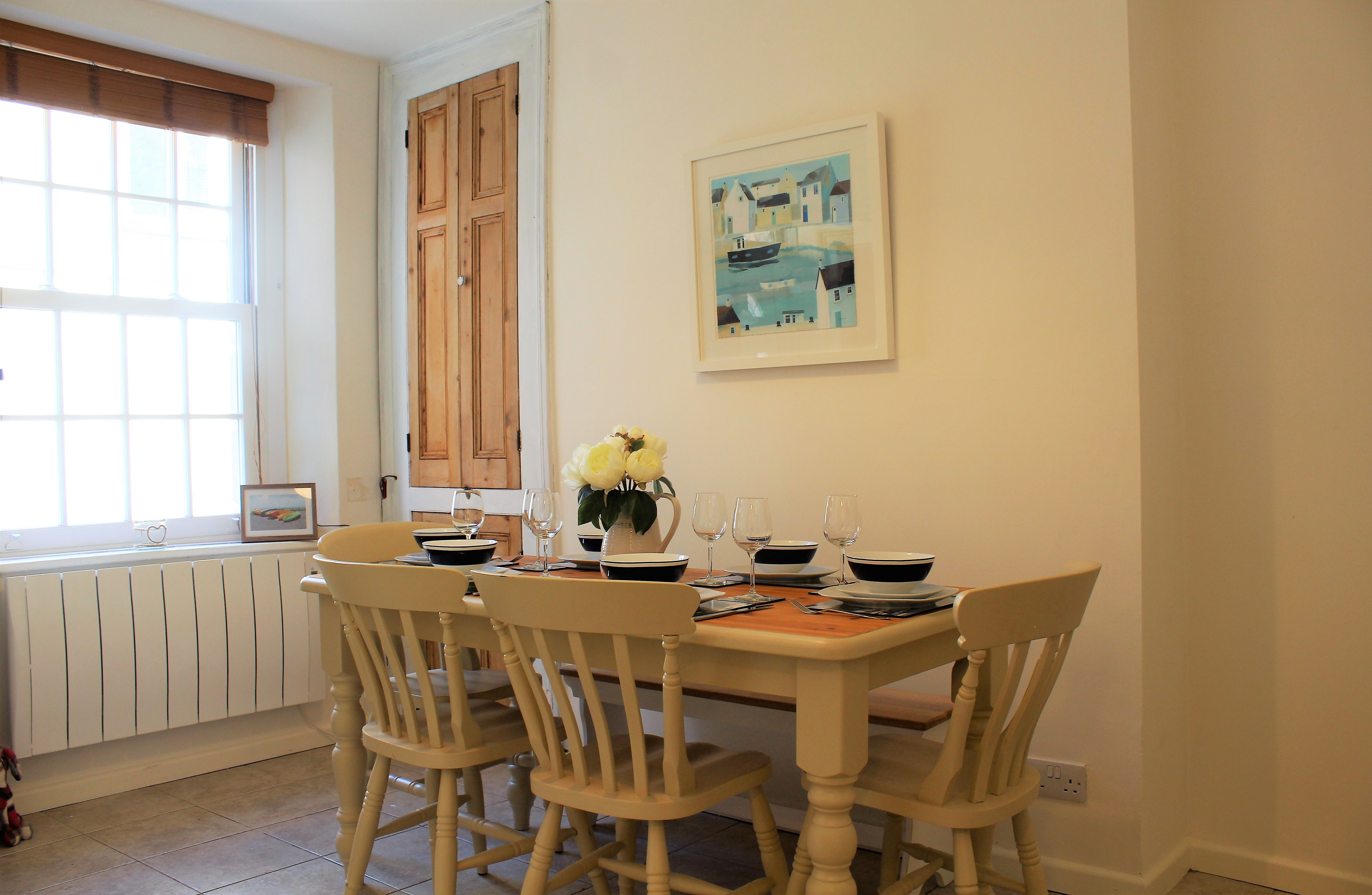 Dining room with seating for up to 6 people