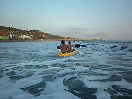 Capacitar a niños y adolescentes para que desarrollen conocimientos y habilidades acuáticas y asi prevenir las muertes por ahogamiento. aguapes guardavidas de el salvador