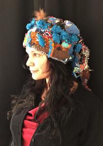 Jolanda Wagner (Musikerin) mit der Mütze 'Eisvogel' des Künstlers Andreas Ambühler