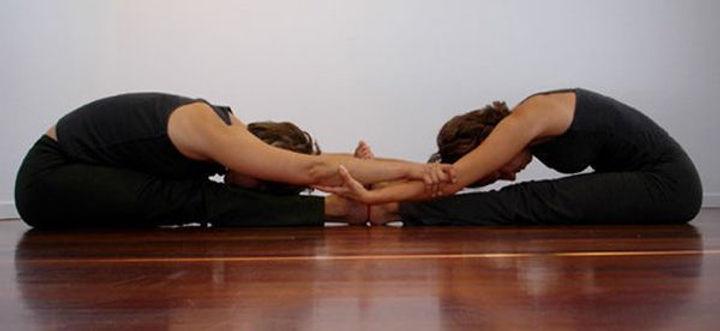 yoga-en-pareja-estiramiento.jpg