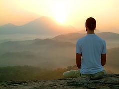 hombre-meditando-en-montaña.jpg