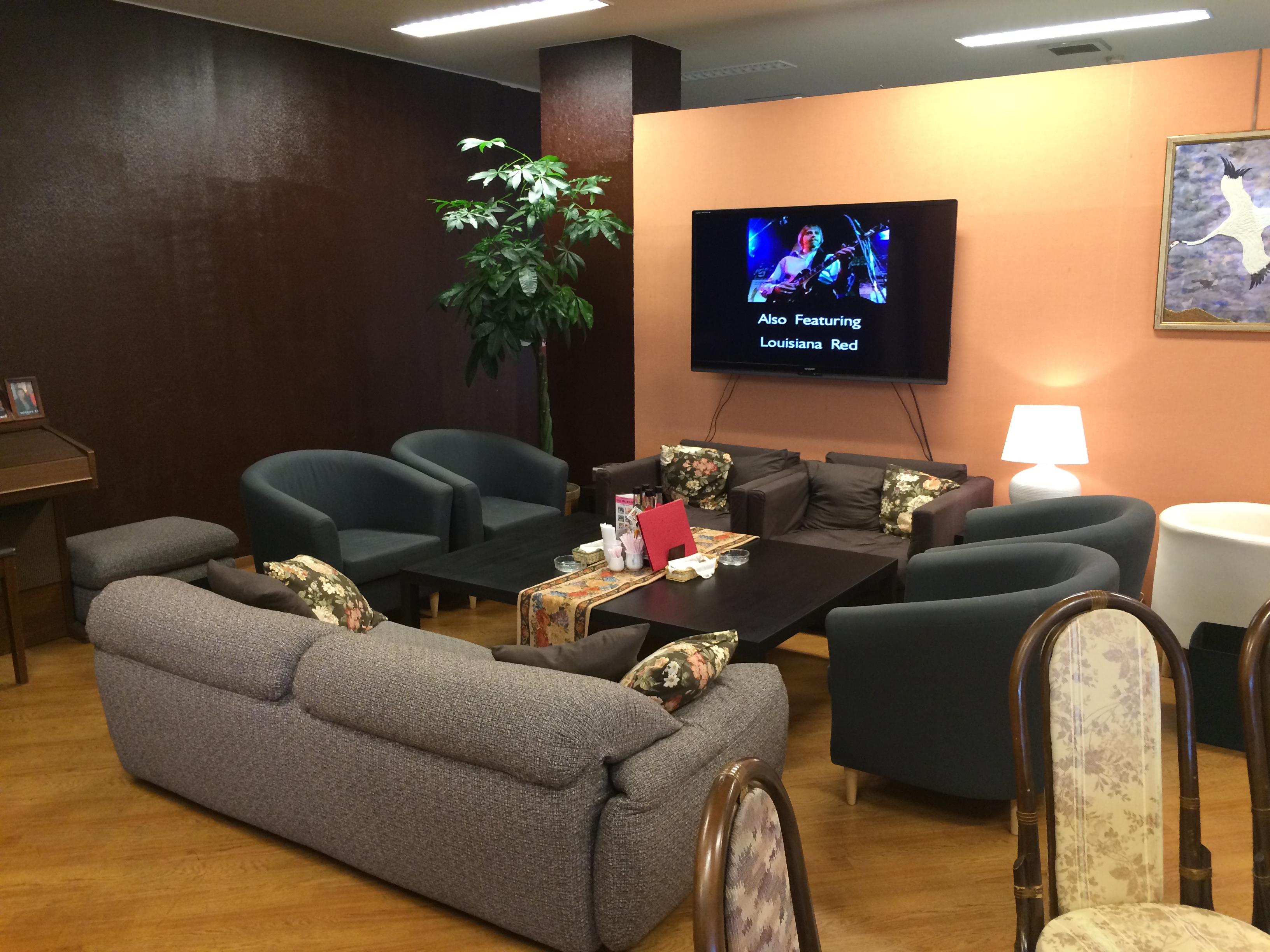 ソファー席で大型TVも設置