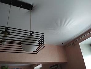 Натяжной потолок в процессе слива воды