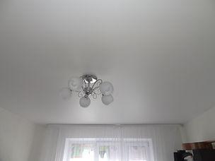 Потолок сатиновый в комнату