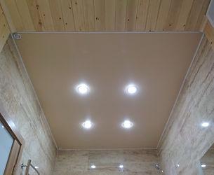Потолок глянцевый в ванну