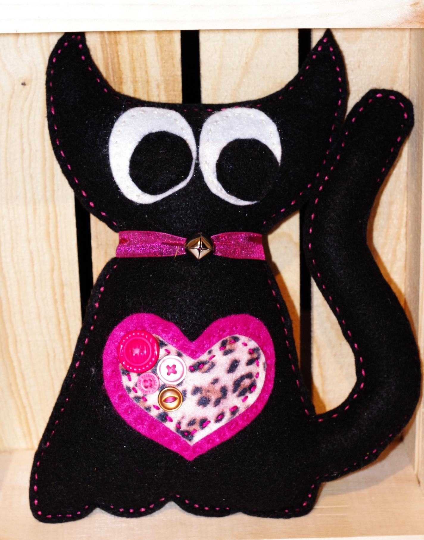 #C104 Chat noir coeur rose $25