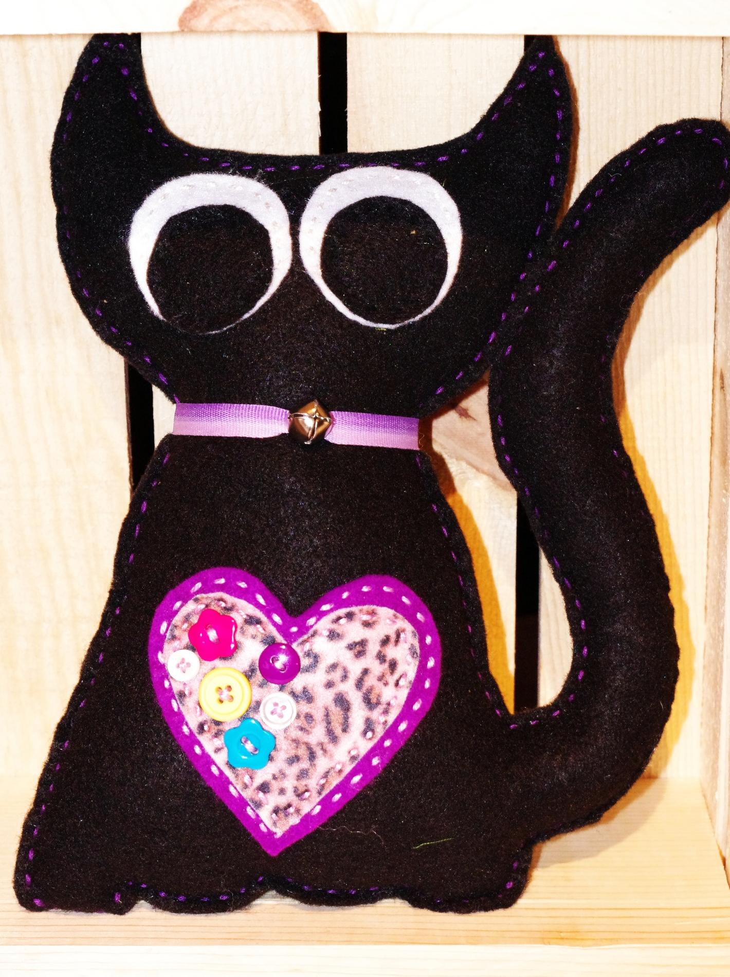 #C103 Chat noir coeur violet $25