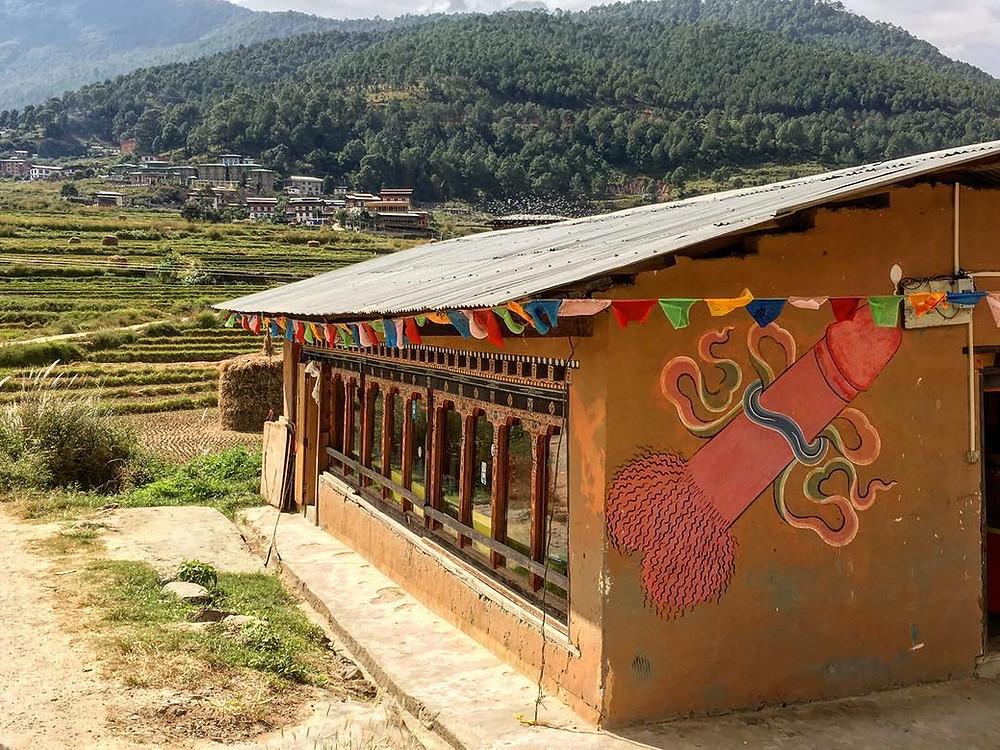 Pênis eretos, pintados nas paredes