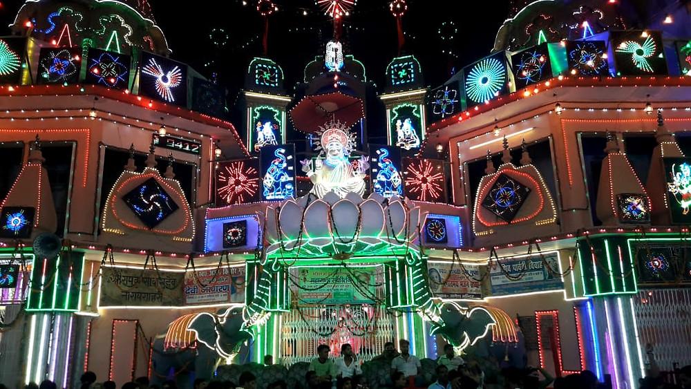 गणेश चौथ के अवसर पर रोशनी से जगमगाता हुआ गणेश मंदिर।
