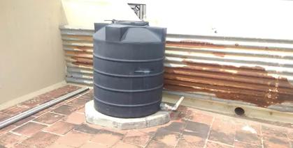 जब ये प्लास्टिक टैंक तेज गर्मी के संपर्क में होते हैं तब यूवी किरणें प्लास्टिक के साथ क्रिया करतीं हैं।