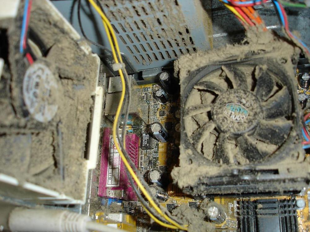 computador com muito pó... muito sujo precisando de limpeza
