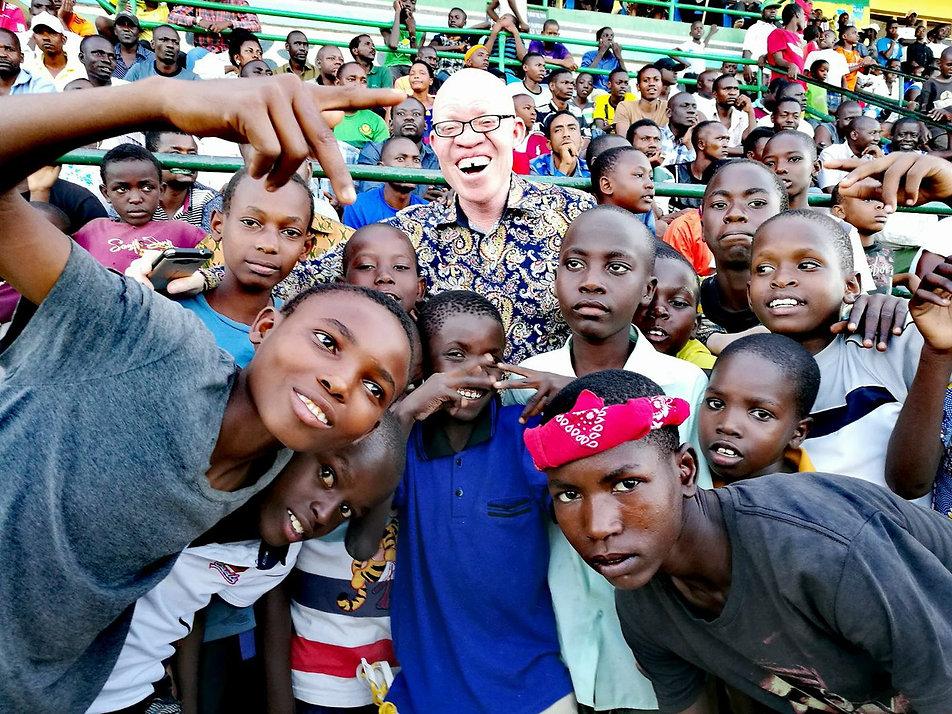 een groep kinderen samen met oudere man