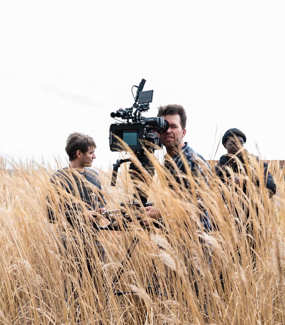 Cameraman filmt de setting in graanveld