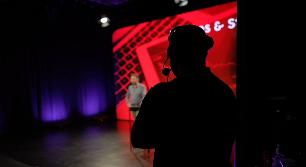 Silhouette regisseur met rode achtergrond