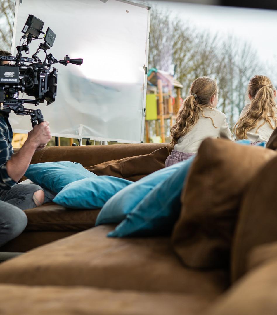 twee meisjes zitten in een bruine zetel