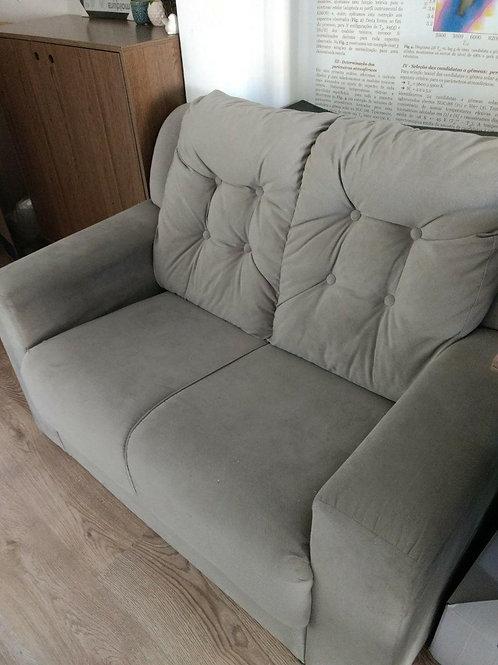 Um sofá maneiro para duas pessoas lindas sentarem