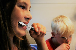 brushing-teeth-2103219_1920