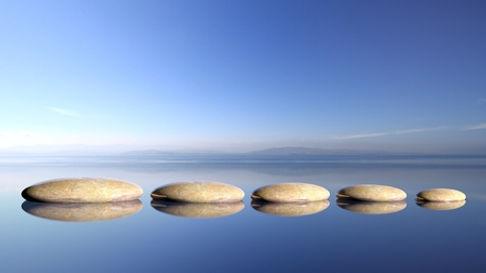 50022955-zen-stones-rangée-de-grand-à-petit-dans-l-eau-avec-le-ciel-bleu-et-paisible-fond-