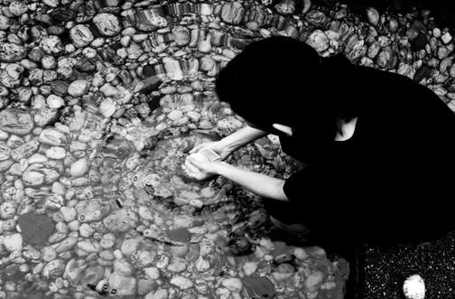莊馨怡, « 記/念 13 » CHUANG Hsin-I «Mémoire / Trace XIII» 蘇澳阿里史冷泉藝術季  In-Situ裝置作品計畫 Projet d'installation in-situ à Alisai (Su-ô), Taïwan  Processus créatif enregistré au 27 juin 2020   創作過程紀錄於 06.27.2020  影像紀錄 Réalisateur |劉彥宏 LIU YEN HONG