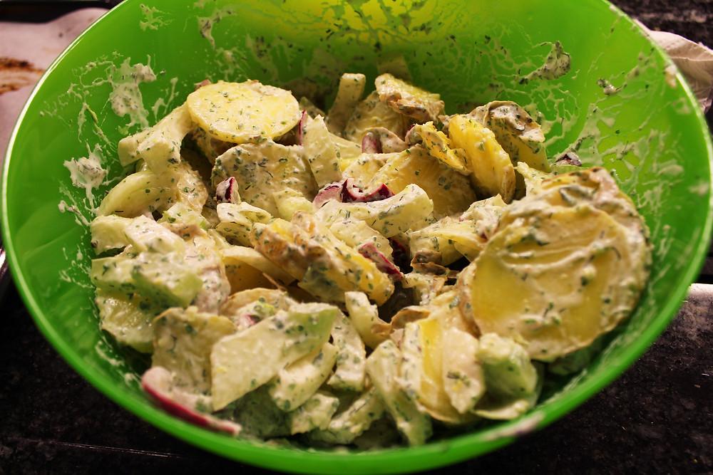 Fenchel-Kartoffel-Salat mit Zwiebeln.